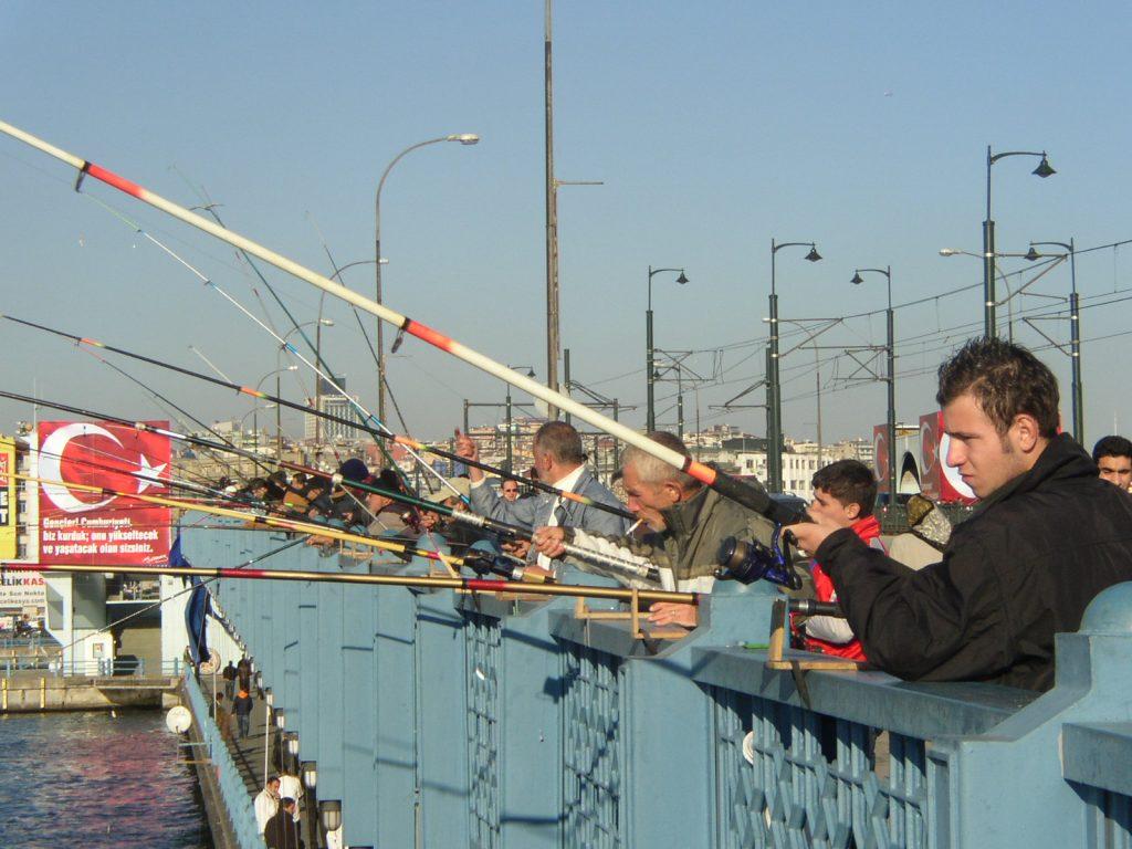 ガラタ橋の釣り人